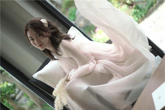 May váy rộng khiến Hà Hồ vướng tin đồn bầu bí - Hình 13