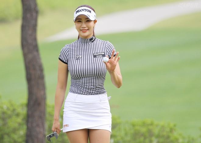 3 nữ golf thủ gặp rắc rối vì theo đuổi phong cách gợi cảm - Hình 4