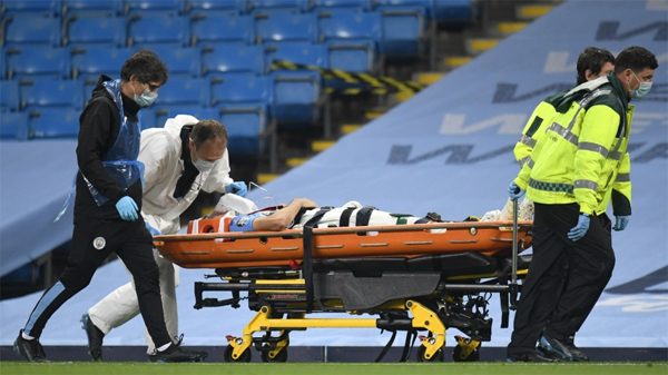 Sao tuổi teen Man City thở oxy, nằm cáng rời sân - Hình 7