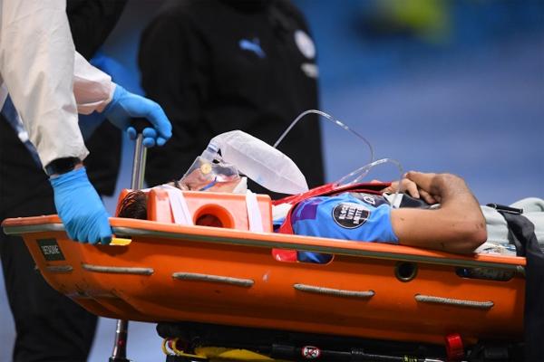 Sao tuổi teen Man City thở oxy, nằm cáng rời sân - Hình 6