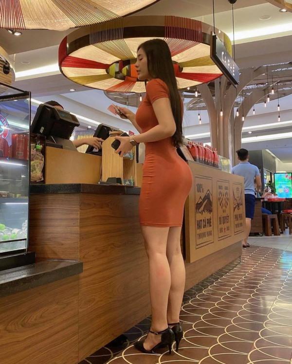 Diện váy ôm sát đi mua nước, cô nàng làm cả quán phải ngoái nhìn vì vòng ba căng đét - Hình 1