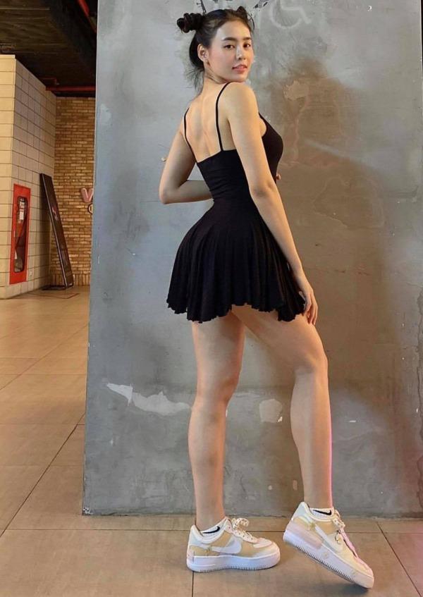 Diện váy ôm sát đi mua nước, cô nàng làm cả quán phải ngoái nhìn vì vòng ba căng đét - Hình 2