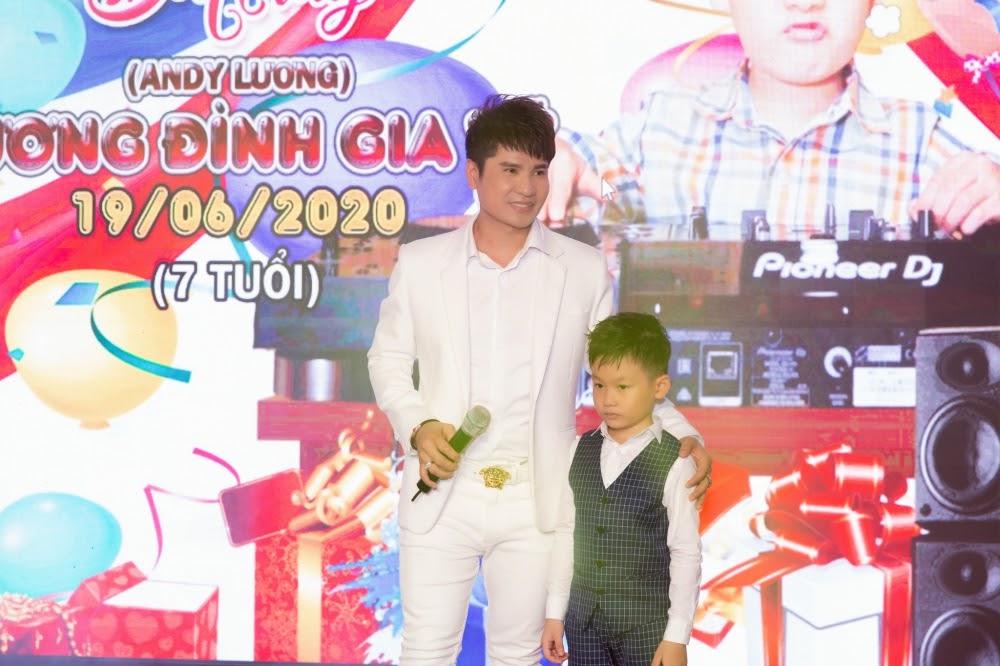 Lộ diện con trai 7 tuổi cực điển trai của Vua nhạc sàn Lương Gia Huy - Hình 9