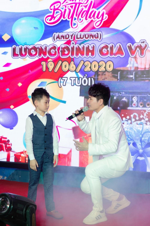 Lộ diện con trai 7 tuổi cực điển trai của Vua nhạc sàn Lương Gia Huy - Hình 7