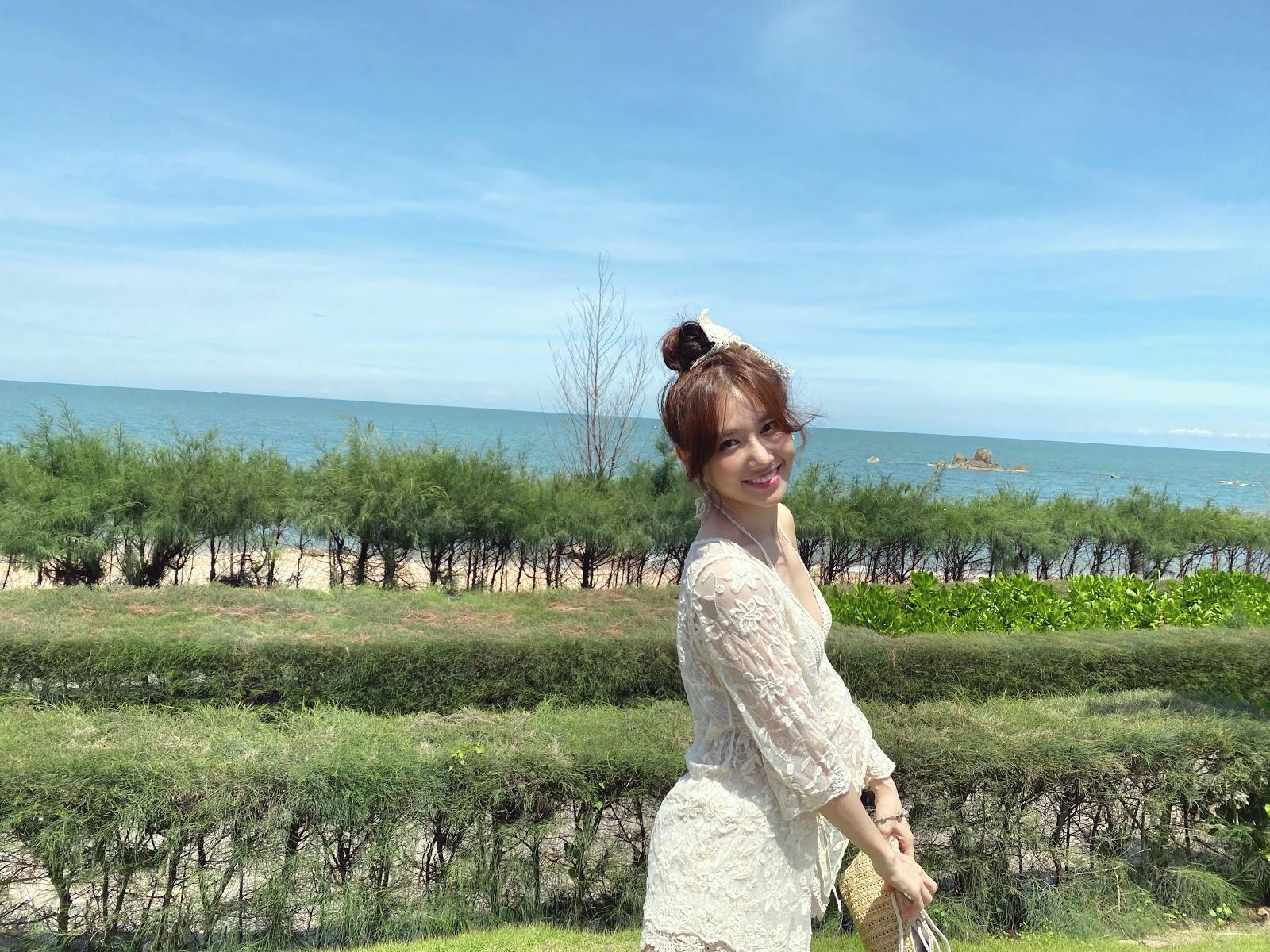 Trấn Thành làm 'phó nháy' ghi lại khoảnh khắc Hari Won diện bikini gợi cảm ở tuổi 35 - Hình 4