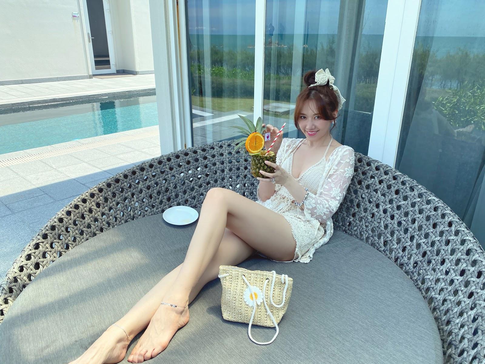 Trấn Thành làm 'phó nháy' ghi lại khoảnh khắc Hari Won diện bikini gợi cảm ở tuổi 35 - Hình 10