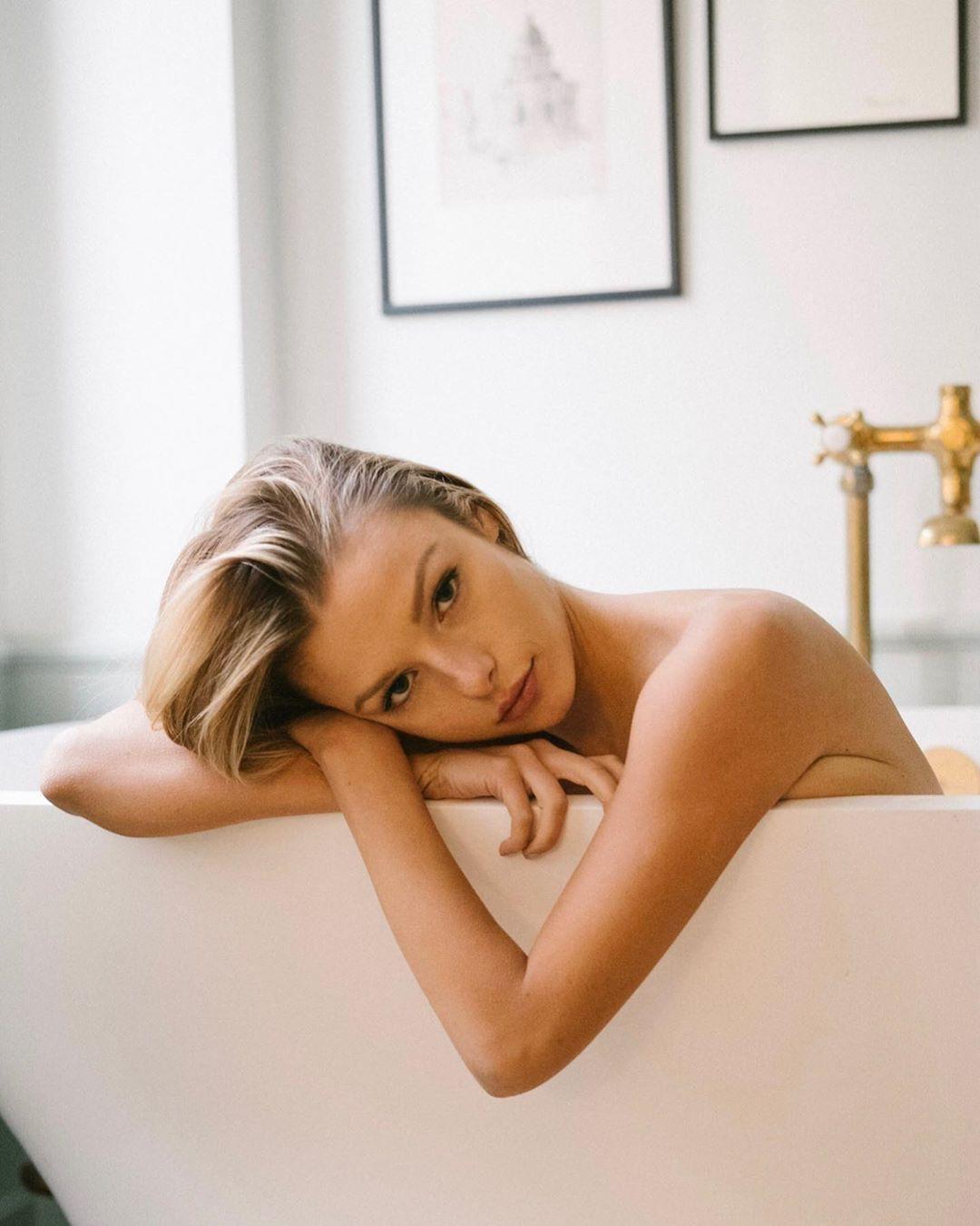 Người mẫu 9x Madi Teeuws táo bạo cởi áo che ngực đầy - Hình 1