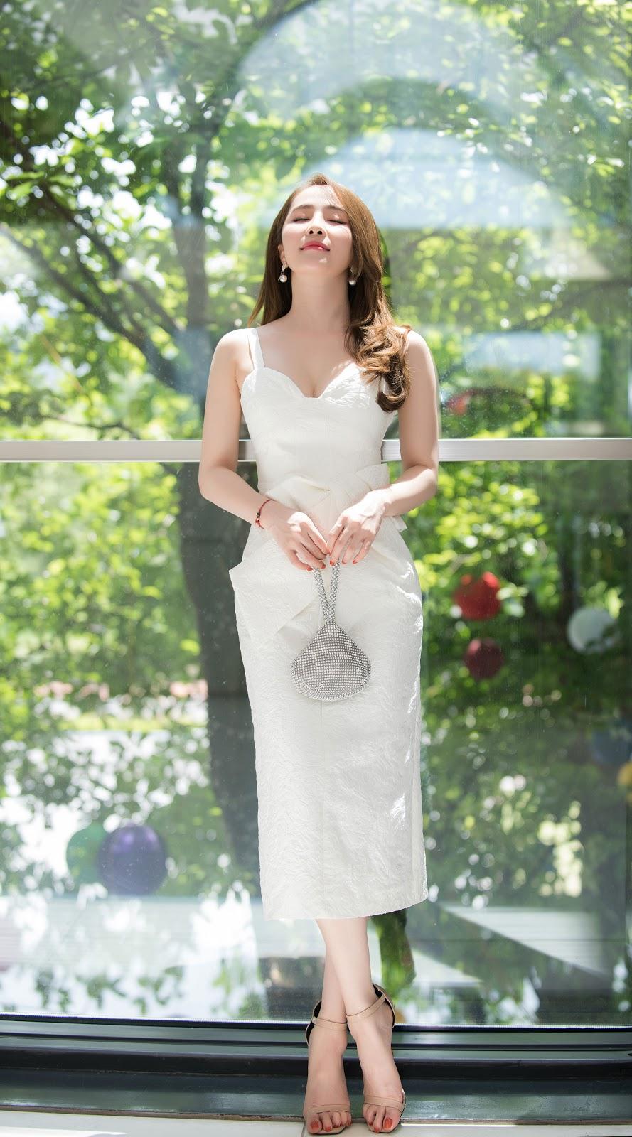 Quỳnh Nga diện váy áo tôn vòng một, xách túi giọt nước lạ mắt đi sự kiện - Hình 8