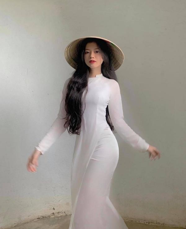 Diện áo dài trắng, nữ sinh hút mắt với ba vòng hoàn hảo sau lớp vải mỏng manh - Hình 1
