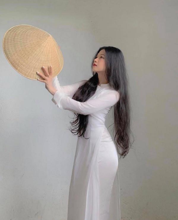 Diện áo dài trắng, nữ sinh hút mắt với ba vòng hoàn hảo sau lớp vải mỏng manh - Hình 2