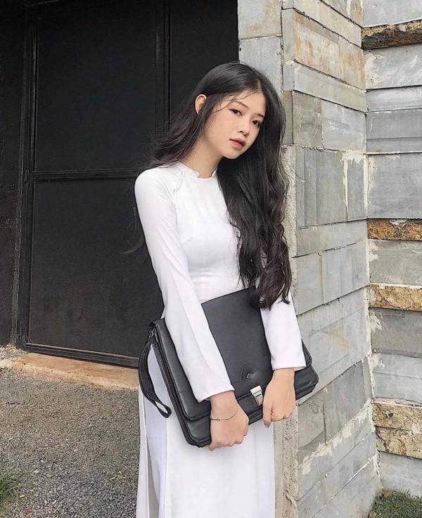 Diện áo dài trắng, nữ sinh hút mắt với ba vòng hoàn hảo sau lớp vải mỏng manh - Hình 3