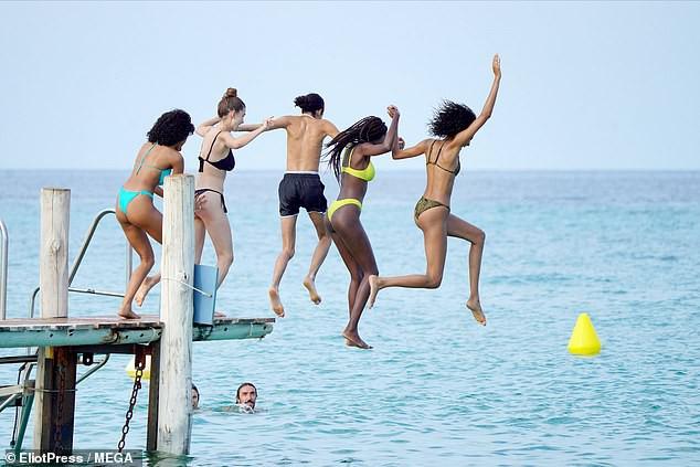 Cindy Bruna 'thả dáng' nuột, khoe chân dài cực phẩm với bikini - Hình 2