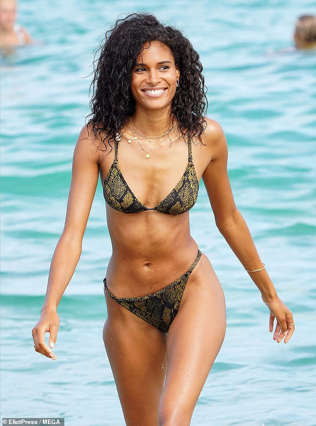Cindy Bruna 'thả dáng' nuột, khoe chân dài cực phẩm với bikini - Hình 3
