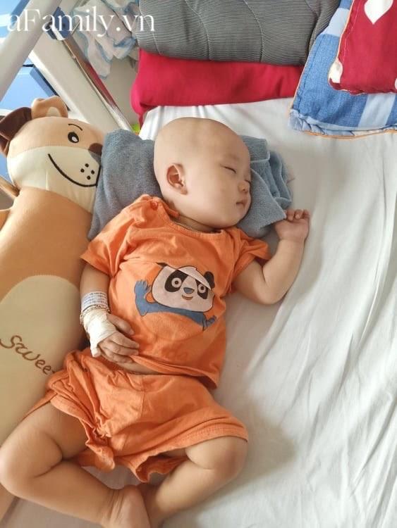 """Em bé 14 tháng tuổi mắc liền 2 bệnh ung thư: """"Gương mặt tươi rói, nụ cười lém lỉnh như thiên thần""""chất đầy đau đớn - Hình 8"""