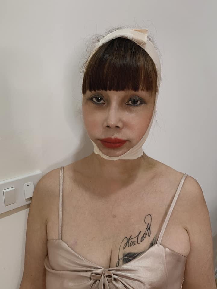 Sốc: Cô dâu 62 tuổi co ro vì bị chồng trẻ mắng tới tấp, cấm không cho nói chuyện trên sóng livestream - Hình 15