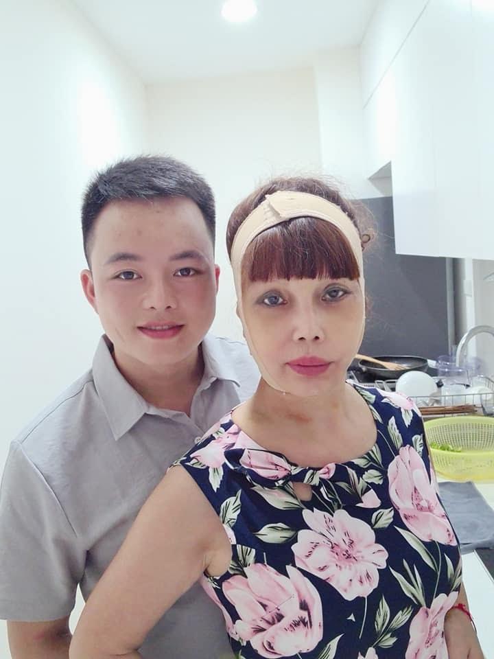 Sốc: Cô dâu 62 tuổi co ro vì bị chồng trẻ mắng tới tấp, cấm không cho nói chuyện trên sóng livestream - Hình 9