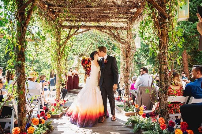Cô gái nổi tiếng nhờ tài tô màu lên váy cưới - Hình 3