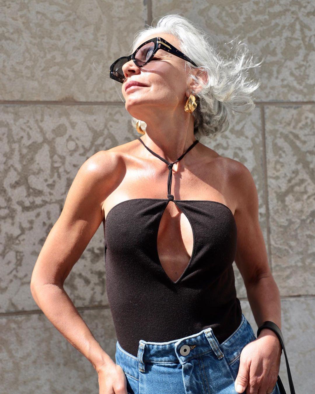 Fashionista 56 tuổi chia sẻ bước dưỡng da, chăm tóc mỗi ngày: Sáng uống 2 cốc nước ấm, tóc bạc từ tuổi 20 nhưng chẳng buồn nhuộm - Hình 6