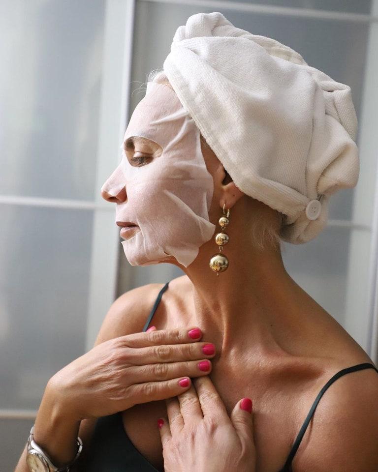 Fashionista 56 tuổi chia sẻ bước dưỡng da, chăm tóc mỗi ngày: Sáng uống 2 cốc nước ấm, tóc bạc từ tuổi 20 nhưng chẳng buồn nhuộm - Hình 8