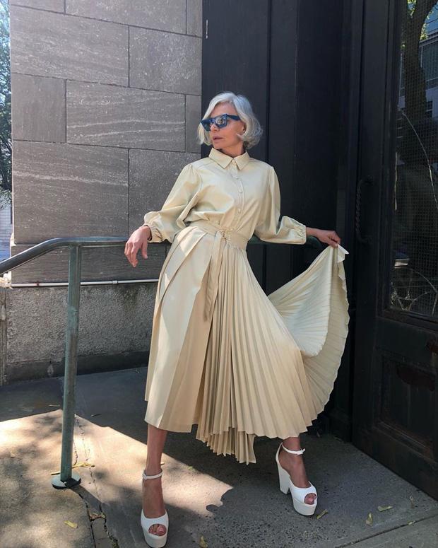 Fashionista 56 tuổi chia sẻ bước dưỡng da, chăm tóc mỗi ngày: Sáng uống 2 cốc nước ấm, tóc bạc từ tuổi 20 nhưng chẳng buồn nhuộm - Hình 16