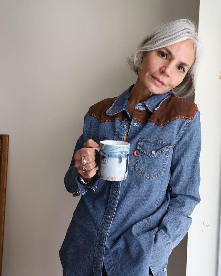 Fashionista 56 tuổi chia sẻ bước dưỡng da, chăm tóc mỗi ngày: Sáng uống 2 cốc nước ấm, tóc bạc từ tuổi 20 nhưng chẳng buồn nhuộm - Hình 5