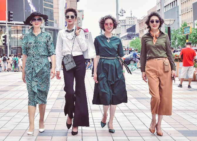 4 cụ bà Trung Quốc nổi tiếng với gu thời trang sành điệu - Hình 9