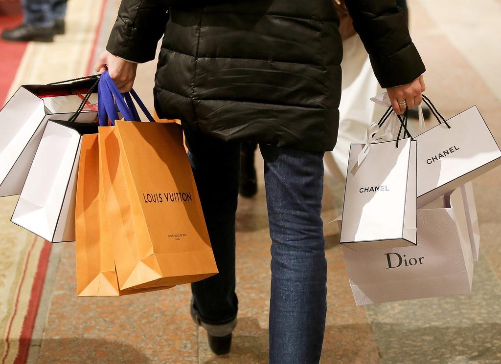 Giới nhà giàu trả 72.000 USD/năm cho người mua quần áo hộ - Hình 1