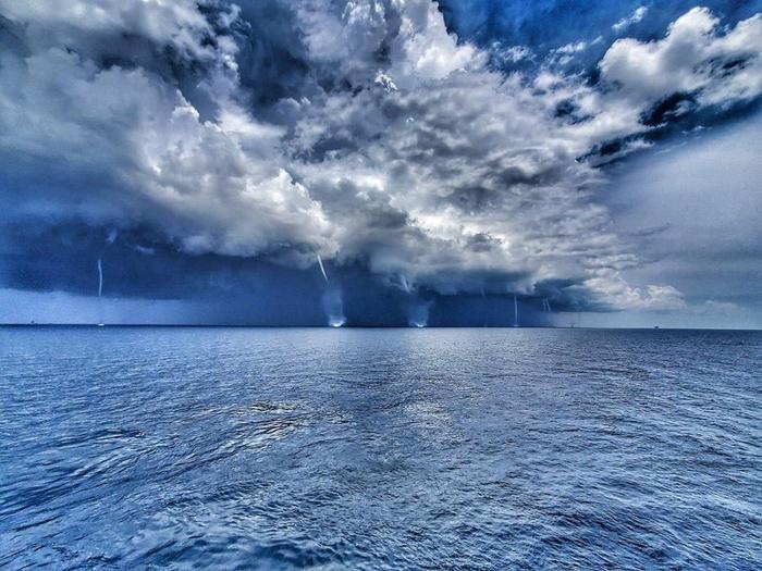 Xem 6 vòi rồng khổng lồ hút nước như 'ngày tận thế' trên vùng biển Mỹ Xem-6-voi-rong-khong-lo-hut-nuoc-nhu-ngay-tan-the-tren-vung-bien-my-bc8-5180922