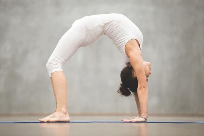 5 động tác yoga giúp vòng một săn chắc - Hình 3