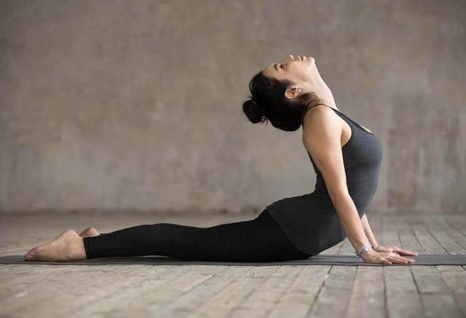 5 động tác yoga giúp vòng một săn chắc - Hình 5