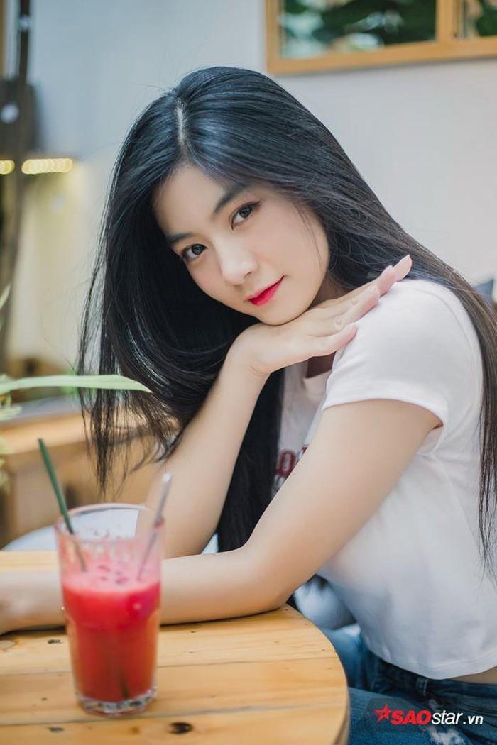 Tóc đen dài, má lúm hot girl Việt đẹp tựa tình đầu gây sốt - Hình 12
