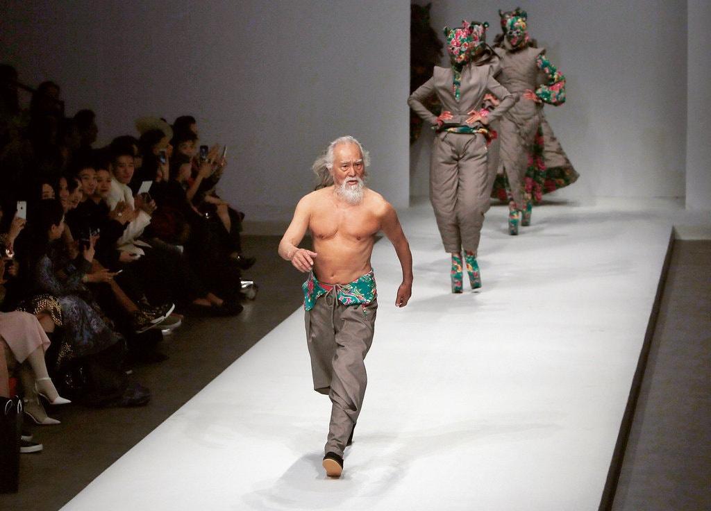 Cụ ông hơn 80 tuổi và màn catwalk nổi tiếng tại Trung Quốc - Hình 2