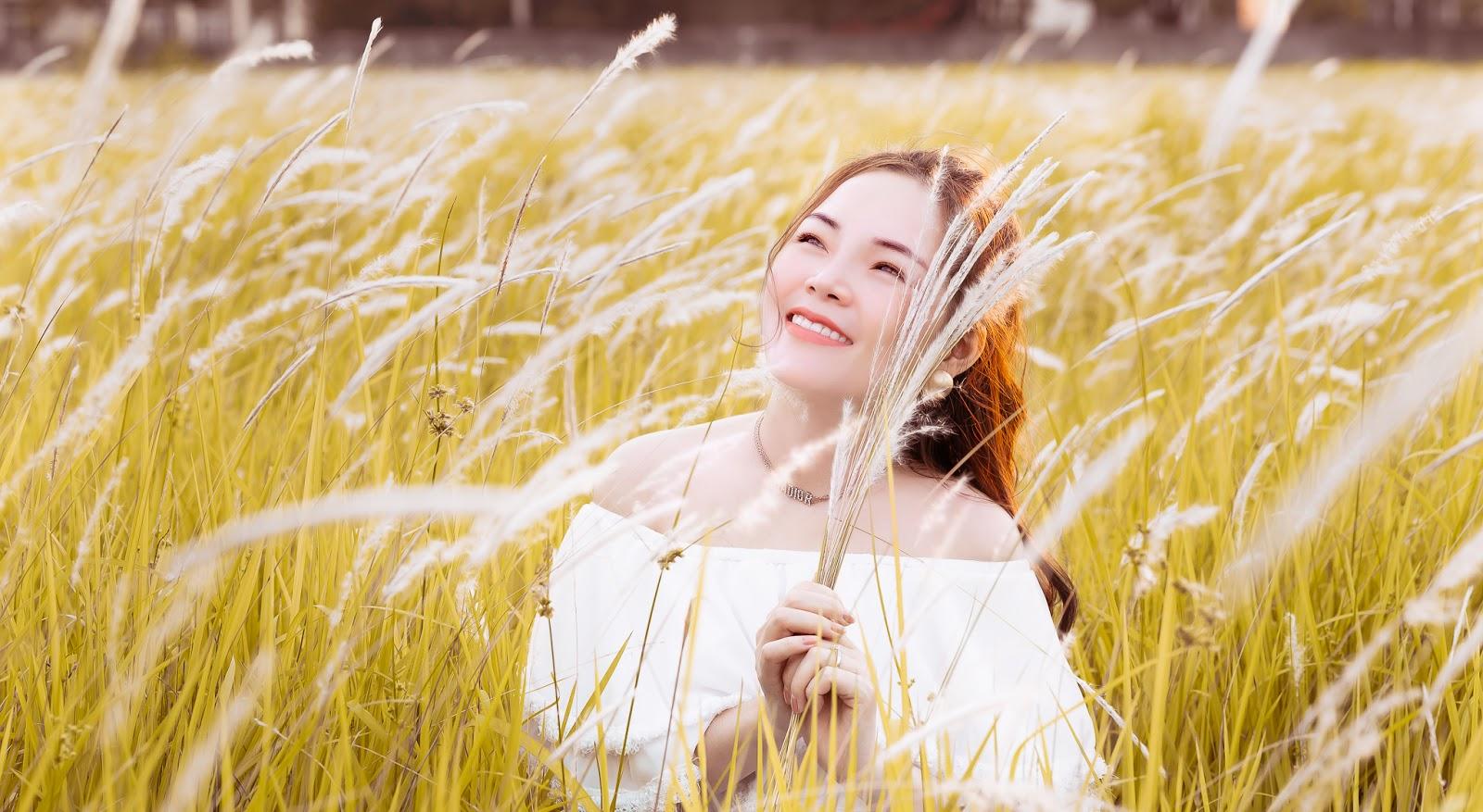Ca sĩ Lâm Nguyệt Ánh đẹp không tì vết bên cánh đồng hoa cỏ lau - Hình 5