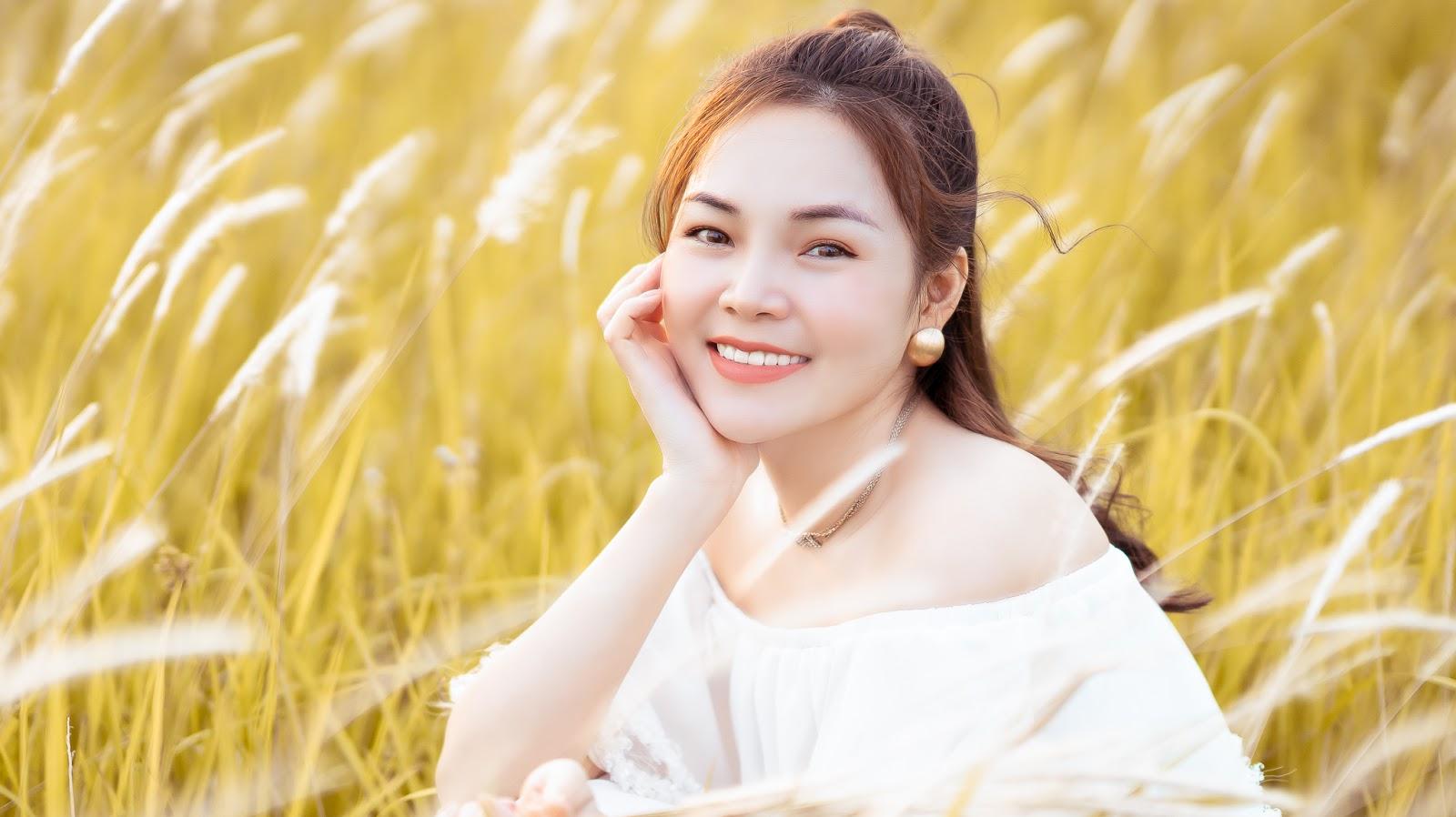 Ca sĩ Lâm Nguyệt Ánh đẹp không tì vết bên cánh đồng hoa cỏ lau - Hình 2