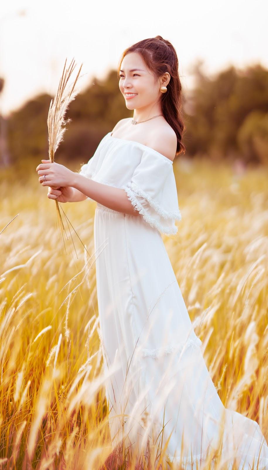 Ca sĩ Lâm Nguyệt Ánh đẹp không tì vết bên cánh đồng hoa cỏ lau