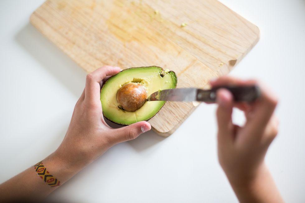 70% công dụng giảm nếp nhăn, diệt mỡ bụng của quả bơ là ở phần hạt, vậy nên người Nhật toàn tự làm và uống trà hạt bơ vào buổi sáng - Hình 3