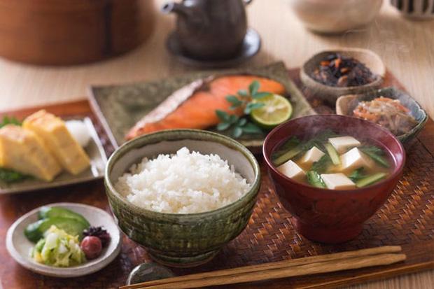 Thường xuyên ăn cơm nhưng vì sao người Nhật hiếm khi béo phì, lại còn sống thọ bậc nhất thế giới? Hóa ra cách họ tiêu thụ gạo cũng rất đáng để học tập - Hình 1