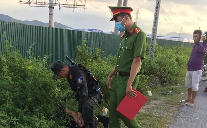 Bắc Giang: Chiến sĩ cảnh sát cơ động bám vào cần gạt nước xe 16 chỗ đi hơn 1km trước khi bị ngã xuống đường tử vong - Hình 3