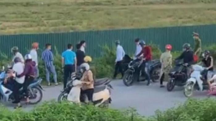 Bắc Giang: Chiến sĩ cảnh sát cơ động bám vào cần gạt nước xe 16 chỗ đi hơn 1km trước khi bị ngã xuống đường tử vong - Hình 1