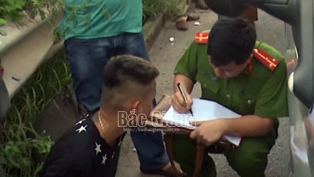 Bắc Giang: Chiến sĩ cảnh sát cơ động bám vào cần gạt nước xe 16 chỗ đi hơn 1km trước khi bị ngã xuống đường tử vong - Hình 8