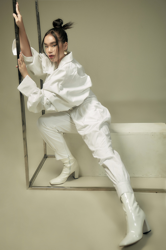 Ba mẫu thiết kế gam trắng của Thanh Huỳnh - Hình 7