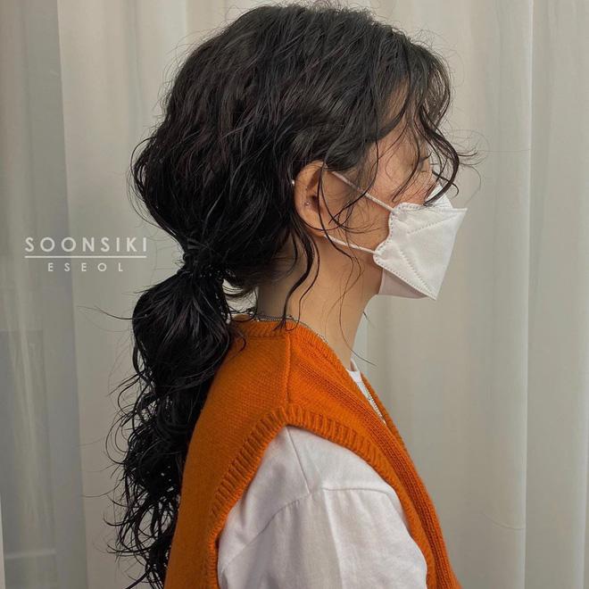 5 kiểu tóc uốn chuẩn mùa thu của sao Hàn, bạn diện theo vừa ăn gian tuổi siêu phàm lại còn sang xịn - Hình 4