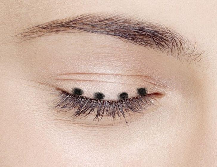 Cách vẽ eyeliner thần thánh cho đôi mắt cuốn hút - Hình 2