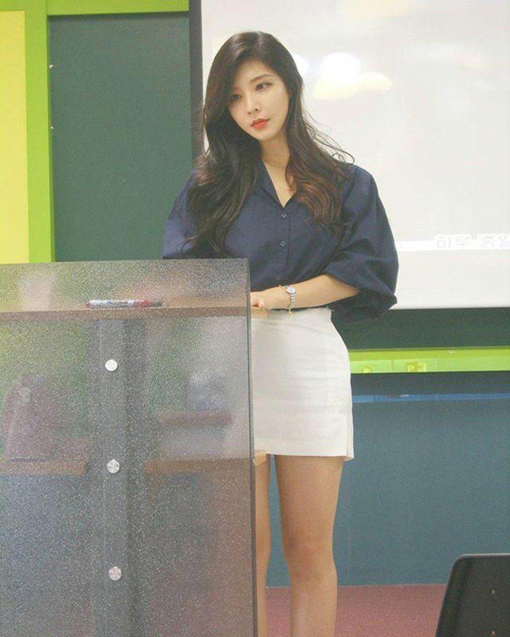 Nữ giảng viên quyến rũ như người mẫu, làm trò nào cũng chăm chỉ đến lớp mỗi ngày - Hình 2