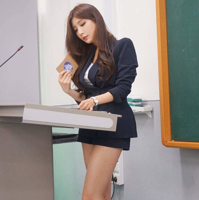 Nữ giảng viên quyến rũ như người mẫu, làm trò nào cũng chăm chỉ đến lớp mỗi ngày - Hình 1