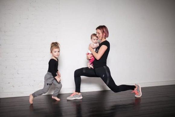 Bài tập giảm cân, giữ dáng dành riêng cho mẹ bỉm sữa: Không cần đến phòng tập, vẫn trông được con - Hình 1