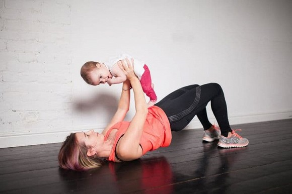 Bài tập giảm cân, giữ dáng dành riêng cho mẹ bỉm sữa: Không cần đến phòng tập, vẫn trông được con - Hình 2