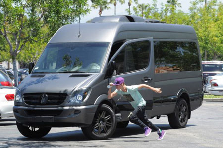 Paparazzi chụp lén cảnh ăn mặc luộm thuộm Justin tỏ thái độ cực gắt - ảnh 4
