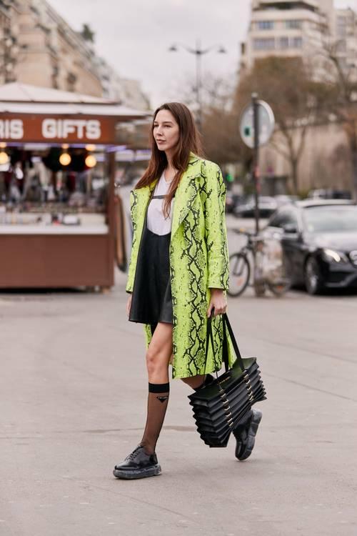 6 chiêu kết hợp áo khoác và váy chuẩn trend cho ngày Thu - Hình 5