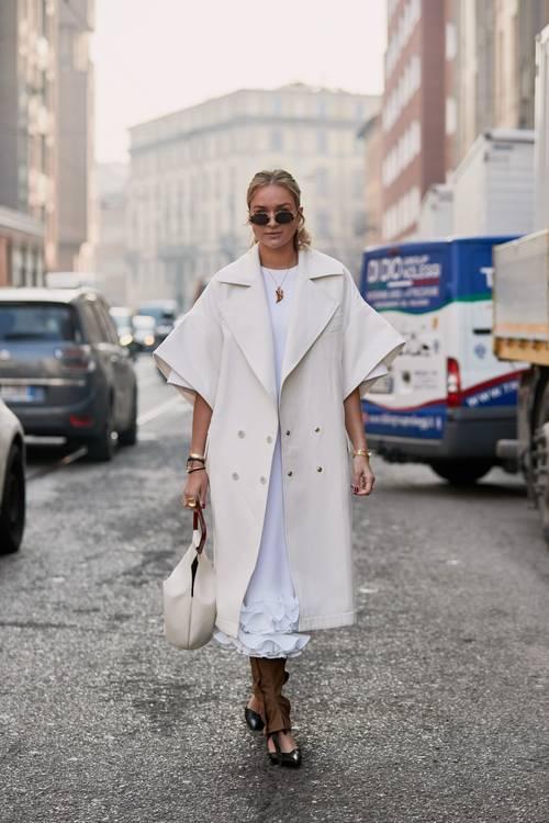 6 chiêu kết hợp áo khoác và váy chuẩn trend cho ngày Thu - Hình 1